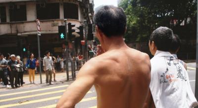 【中国】宿題をしていない子供を怒ったら裸を取られてネットに流される父親