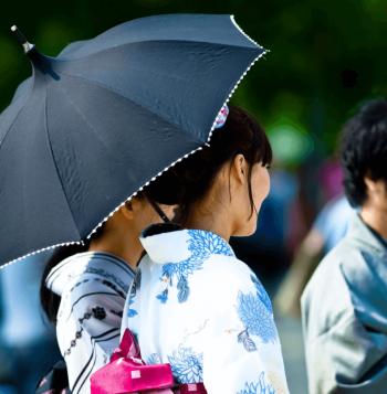 日傘をさすのは日本だけみたいですが、ここ日本だし。