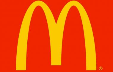 米マクドナルド、人気バーガーに生肉使用へ 店舗スタッフが扱いきれるのか不安